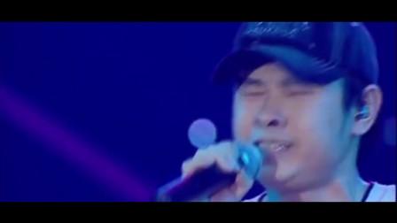 刀郎现场演唱会深情歌唱《谢谢你》,把自己都唱哭了,十分心疼
