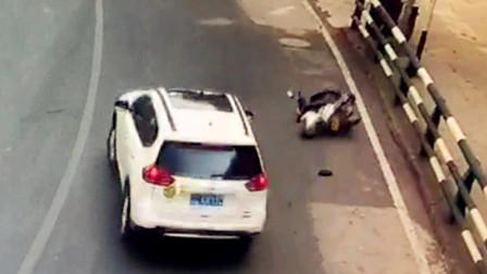 【重庆】摩托车弯道超车酿事故 与小车碰撞后摔倒受伤