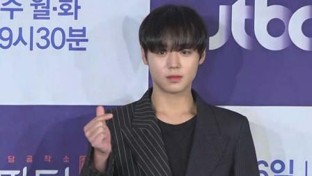 韩国型男朴志训首度拍摄剧集,展示招牌眨眼动作,魅力逼人!