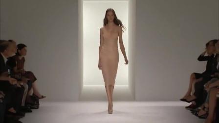 时装秀:裸色的丝滑面料,简约不简单的款式,时尚迷人