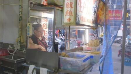 实拍河南焦作街头小吃铁板鱿鱼,好吃不贵,顾客围着买。
