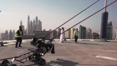 作极限!小伙利用人体弹弓把自己从高楼顶上弹射出去,不偏不倚落入另一座大楼顶层的泳池中