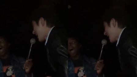 老外演唱会邀请粉丝合唱,没想到粉丝是王力宏,网友:打脸不