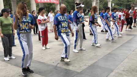 大叔带20个美女跳鬼步舞,《一晃就老了》音乐一响,舞步停不下来