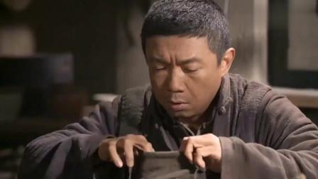 老农民:以前收留的女乞丐,竟在饥荒年寄来一袋粮食,老光棍感动哭了!