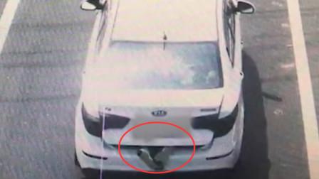 江苏一轿车后备厢伸出两只脚 打开后场景出乎意料