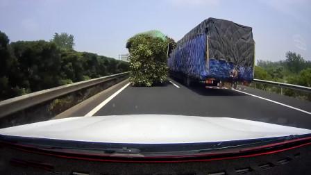 当大货车在超另外一辆大车时,如何做才能保证安全?