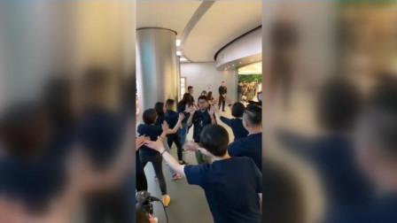 王府井店第一个拿到iphone11人出炉 苹果全体员工为其庆祝