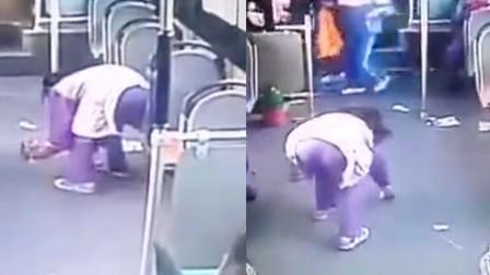 """监拍:乘客到站公交上""""一片狼藉"""" 小女孩默默弯身捡起全车垃圾"""