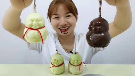"""妹子吃""""脆皮巧克力人参果"""",白果变黑果,创意美食脆又甜"""