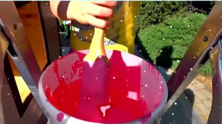 萌娃小可爱给屋顶刷油漆,她用了好几种颜色,屋顶变漂亮了!