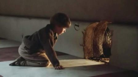 男孩从小是孤儿为了生存只能变小住进老鼠洞饿了和老鼠抢食物