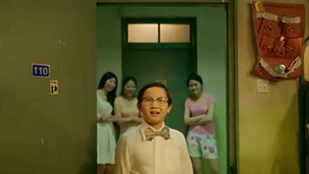 小屁孩到大学女生宿舍约女神,谁知刚一进去,被美女们团团包围