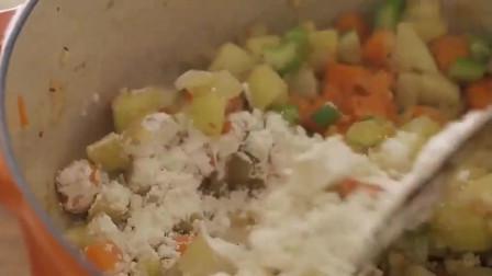 《韩国农村美食》培根炒香后,和蛤蜊蔬菜一起炖汤,放入牛奶浓香美味