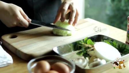 《韩国农村美食》洋葱培根炒香后,放入辣酱芝士炖鸡蛋,美味又下饭