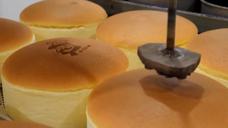 韩国街头现做芝士奶油蛋糕,新鲜出炉的更好吃哦,一下买了五个