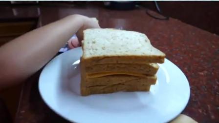 萌娃小可爱为爸爸做三明治,放了面包再放火腿,三明治做成了!