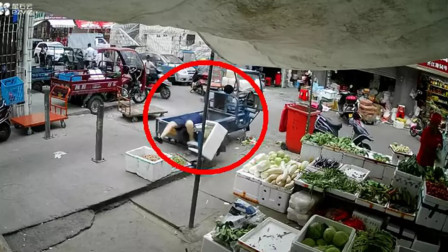 惊险!浙江女童猛倒三轮 将女子撞进车厢致其脑震荡