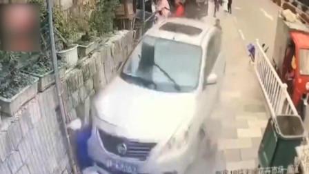 惨烈!女司机开车猛冲人行道,路人直接被狠撞墙上,又遭连续碾压