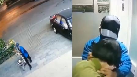 女子ATM机取钱遇持刀抢劫 机智脱困:我把钱给你! 警方已介入