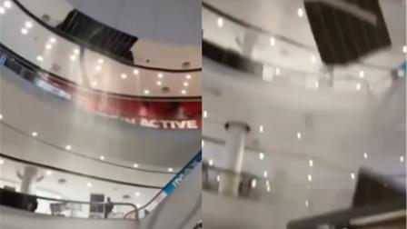 美女先后遭遇商场天花板突然掉落和停电 逛个商场逛成恐怖片