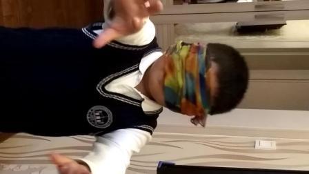 【7岁半】11-15哈哈在家玩蒙眼摸物品的游戏video_175816