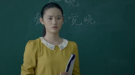 小女孩上课睡觉,被老师点名站起来,得知原因老师心疼