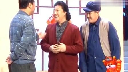 爆笑小品:小拜年,高秀敏没想到赵本山说范伟还给寡妇挑过水,这段真是太逗了
