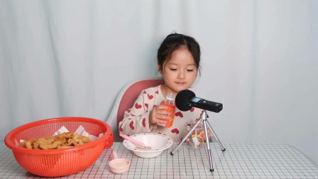 果汁搭配炸鱿鱼,小女生在尝试不一样的美味