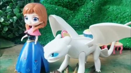 白雪公主在公园里玩,飞龙来了想要抓走白雪,小白龙救了白雪,小朋友你们觉得小白龙勇敢吗?