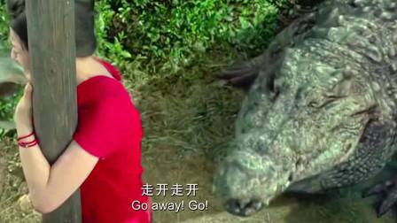 百万巨鳄:一女子碰巧遇到一只大鳄鱼,一根电线杆救了她一命