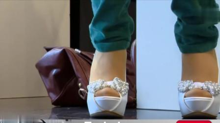 同一款厚底高跟鞋!一双白色一双黑色!哪双好看?
