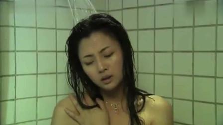 美女正在洗澡,突然感觉不舒服,低头一看懵了