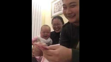 宝宝和妈妈看爸爸数钱,不料接下来宝宝的反应,爸妈都笑坏了!