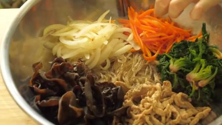 《韩国农村美食》新鲜的胡萝卜丝菠菜炒熟,配上粉条凉拌,爽口