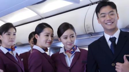《中国机长》创意首映礼,李沁当空姐送礼物,生图下颜值亮了