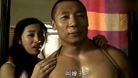 男子下班回家,却被奸夫暴打,妻子大骂:你还是不是男人!