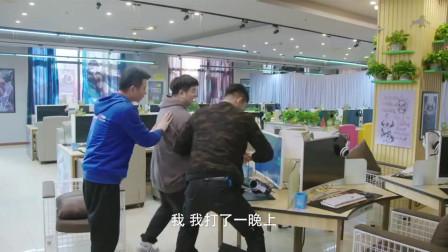 小伙子网吧怒砸电脑,急的老板手把手教学打游戏!