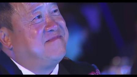 谭咏麟再唱《风继续吹》,曾志伟在台下哭得撕心裂肺,太感人了