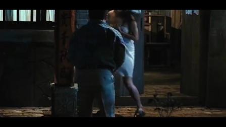 农村美女夜里洗澡,被男子偷看,接下来尴尬了!