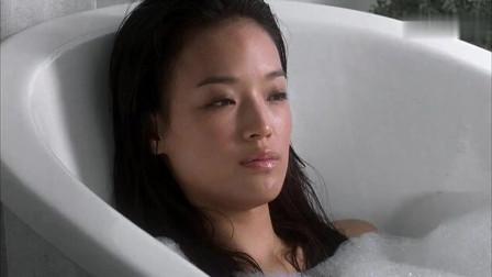 美女正在泡澡,不料下一秒打了起来,太精彩了