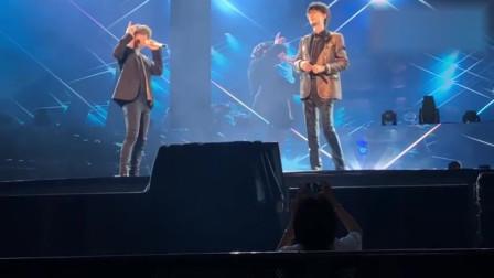 许嵩和薛之谦演唱会现场合唱《最佳歌手》,现场马上嗨起来了
