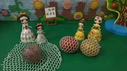 白雪妈妈亲自给小白雪做了一个发泄球!