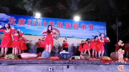 """民哥与阿佤欢度""""新米节"""",稻米配上甩发舞,现场气氛瞬间热闹起来"""