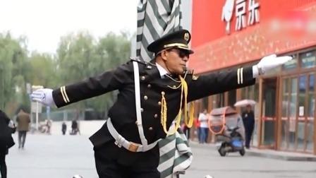超级新闻场 2019 陕西宝鸡:保安指挥车辆入库 动作夸张火成网红