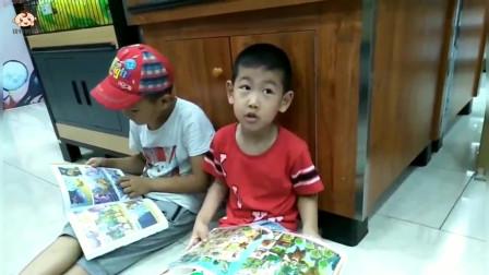 萌娃在书店看中了一本关于恐龙的书,想让妈妈给他买下来