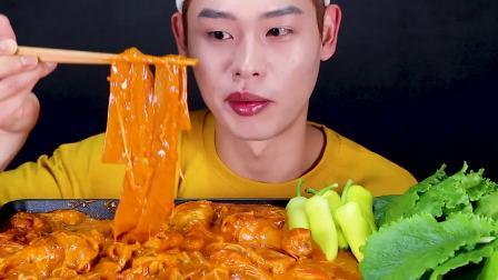 韩国吃货小哥,吃奶酪鸡肉炖粉条,配青椒和生菜叶,吃得真馋人