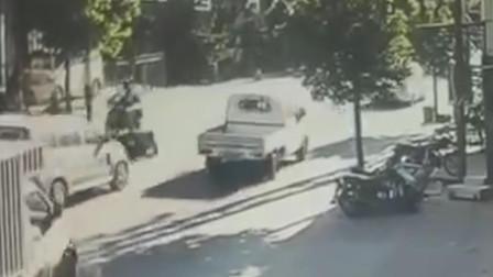 监拍广东一摩托车遭面包车碾压 司机下车查看后驾车逃离
