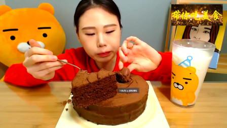 美食分享,韩国卡妹吃慕斯蛋糕,自己吃一个再配杯牛奶真棒
