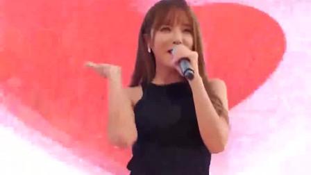 洪真英商演现场,观众和她一起唱歌,太招人喜欢了